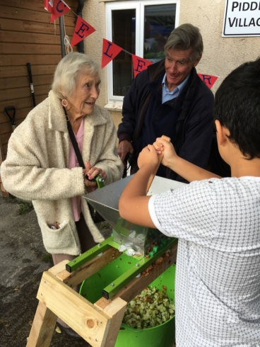 Scratting is enjoyed by all ages! Photo: Mario Terzino